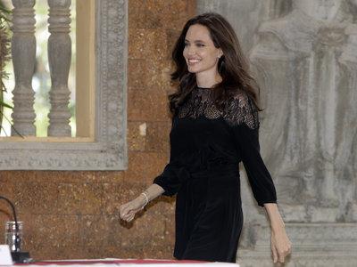 Angelina Jolie reaparece muy sonriente rodeada de sus seis hijos