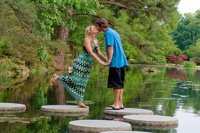 Cuántas veces hay que hacer el amor para quedar embarazada: pareja besándose