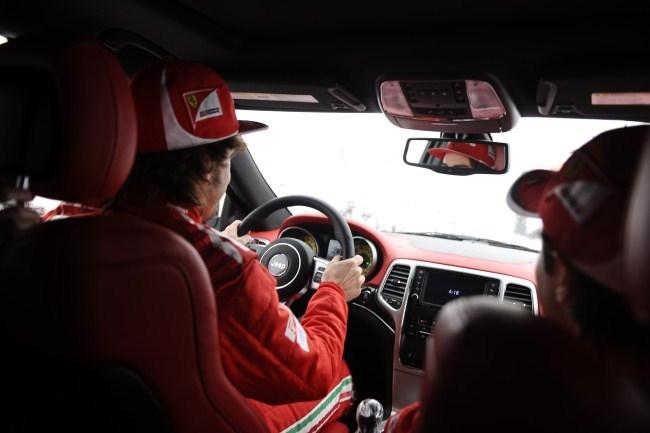 Fernando Alonso conduce el Jeep Grand Cherokee SRT8