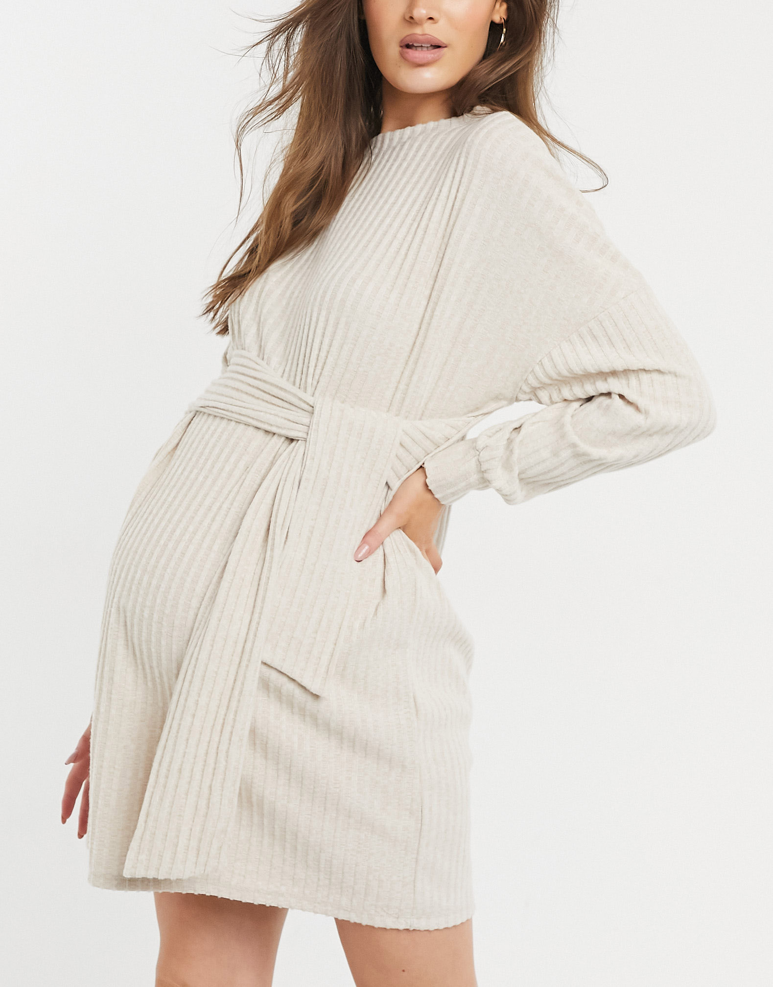 Vestido corto color avena con lazada en la cintura de canalé cepillado