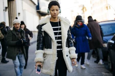 Te damos nueve fórmulas para saber cómo llevar abrigo de borreguito y ser una reina del street style