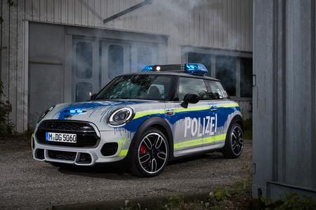 El MINI John Cooper Works se viste de coche de policía... a golpe de cubos de pintura
