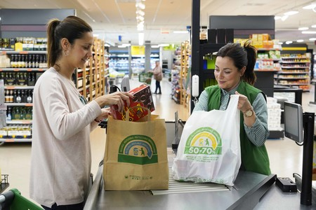 Mercadona sustituye definitivamente las bolsas de plástico por otras de papel y material reciclado