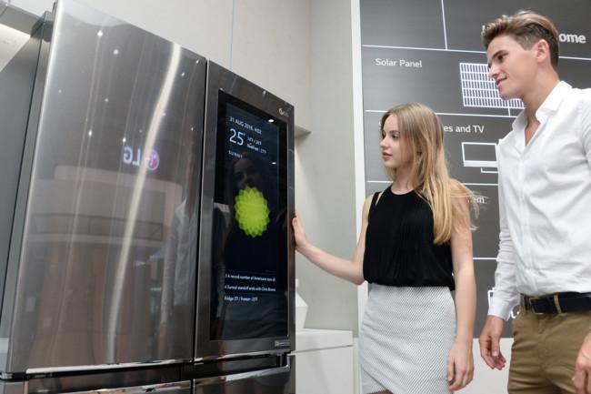Duelo de frigoríficos y sistemas operativos: LG le pone Windows 10 y Samsung elige Tizen