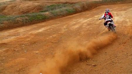 Marc Márquez derrapando en tierra y desafiando a un coche