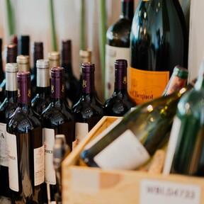 Cinco estantes para vino que dejan a la vista (y con estilo) nuestras botellas favoritas