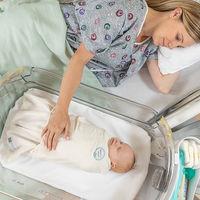 Una cuna de hospital tipo colecho que te permite estar cerca de tu bebé en todo momento