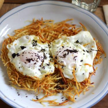 Receta de huevos trufados con guarnición de patatas paja
