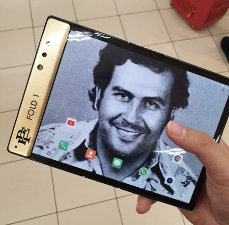 """'Escobar Fold 1', el smartphone plegable con el que el hermano de Pablo Escobar (sí, el narcotraficante) quiere """"acabar"""" con Apple"""