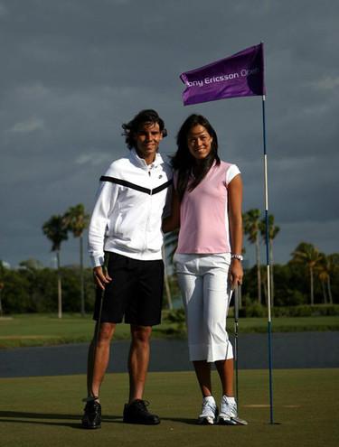 Rafa Nadal y Ana Ivanovic juegan al golf