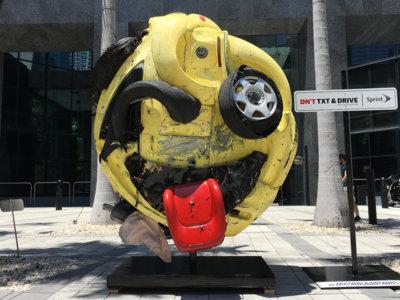 Un emoji de chatarra nos recuerda que usar el móvil al conducir no es buena idea