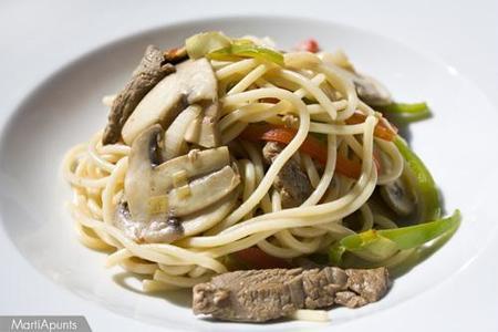 Espaguetis al wok. Receta