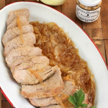 Ternera blanca asada con salsa de cebolla confitada a la mostaza, un sorprendente (y sencillísimo) asado para toda la familia