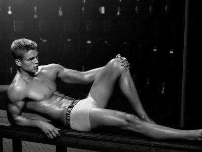 Calvin Klein contrata a Mitchell Slaggert para darnos ese empujoncito que necesitamos para empezar a ponernos en forma