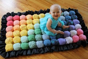 Haz una mantita de juegos con burbujas para tu bebé