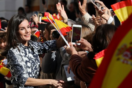 La reina Letizia se da un auténtico baño de multitudes en Écija