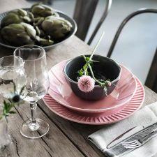 Vajilla moderna con detalles sencillos y un toque artesanal diseñada para que utilices toda la serie cuando pongas la mesa, o para que combines sus piezas con otras vajillas.