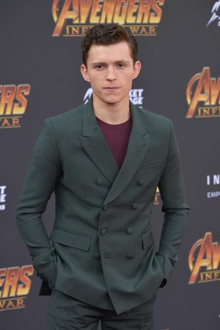 Tom Holland combina el tailoring con los básicos para la premiere de 'Avengers'