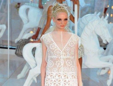 ¿Es Chanel? No, es Louis Vuitton: looks dulces y románticos para la primavera-verano 2012