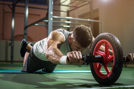 Pon en forma todo tu cuerpo con una rueda abdominal o ab wheel: siete ejercicios que no solo trabajan tus abdominales