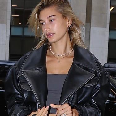 Hailey Baldwin continúa con la fiebre oversize, escogiendo un look XL en su cita con Justin Bieber