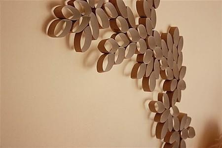 Un mural de pared hecho con cartones de papel higiénico
