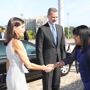 La reina Letizia se sigue decantando por el blanco y negro en su viaje a Cuba (y sí, sigue acertando)