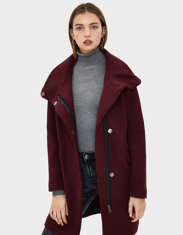 Abrigo con cuello chimenea en color granate