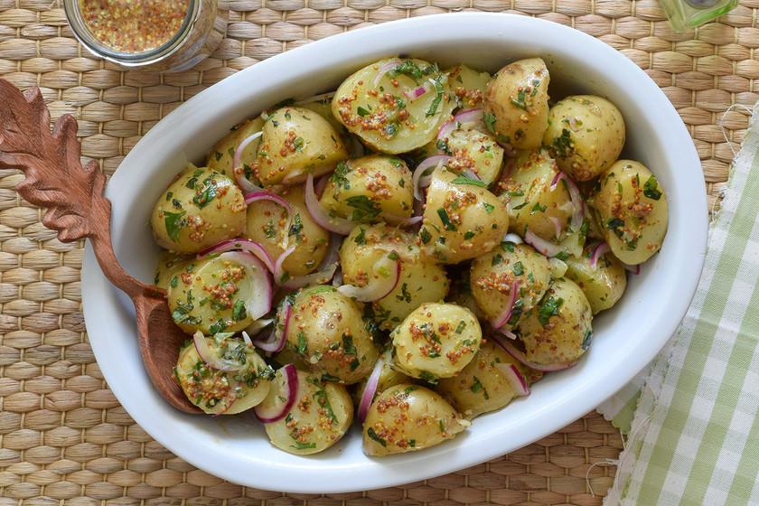 Ensalada de patata a la francesa, receta cremosa sin mayonesa para amantes de la mostaza