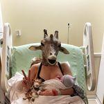 La 'madre jirafa' ha dado a luz a su bebé (antes que April) y su primera foto es épica