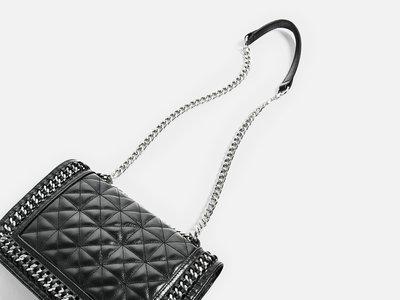 Zara vuelve a clonar un Chanel, ahora el bolso 'Boy' y en dos versiones