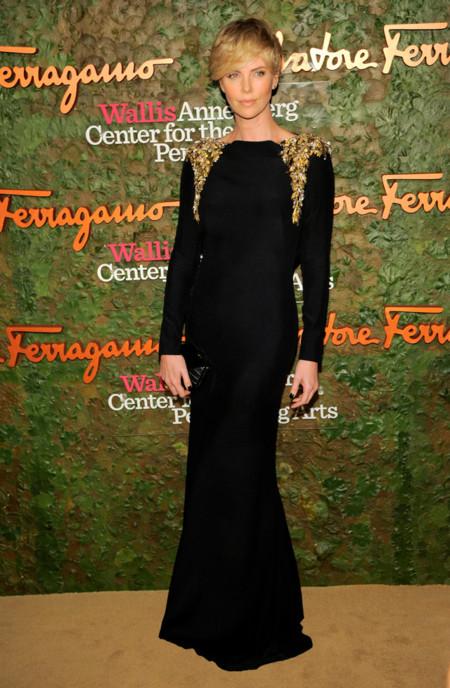 Charlize Theron en la Gala inaugural del Centro de Artes escénicas Willis Anneberg con un diseño de Alexander McQueen en negro y apliques dorados