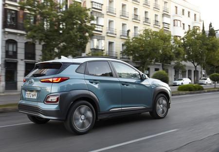 Hyundai Kona eléctrico trasera en marcha