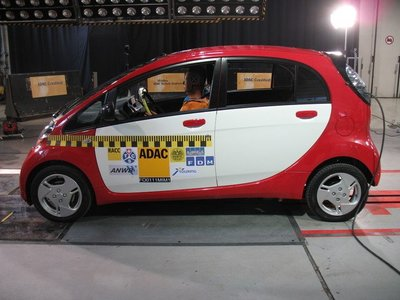 Se pone a prueba la seguridad del Mitsubishi i MiEV (aplicable al Citroën C-Zero y Peugeot i0n)