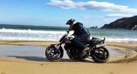 Narcis Roca, una de playa y scooter