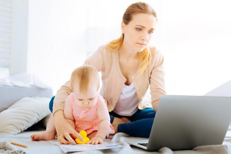 Madre con su bebé delante del ordenador