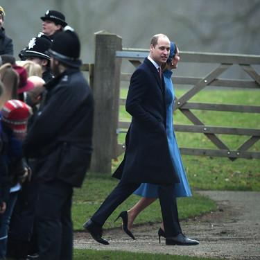 Kate Middleton acierta con el tono azul pavo aburriendo en la hechura durante la tradicional Misa de Sandringham