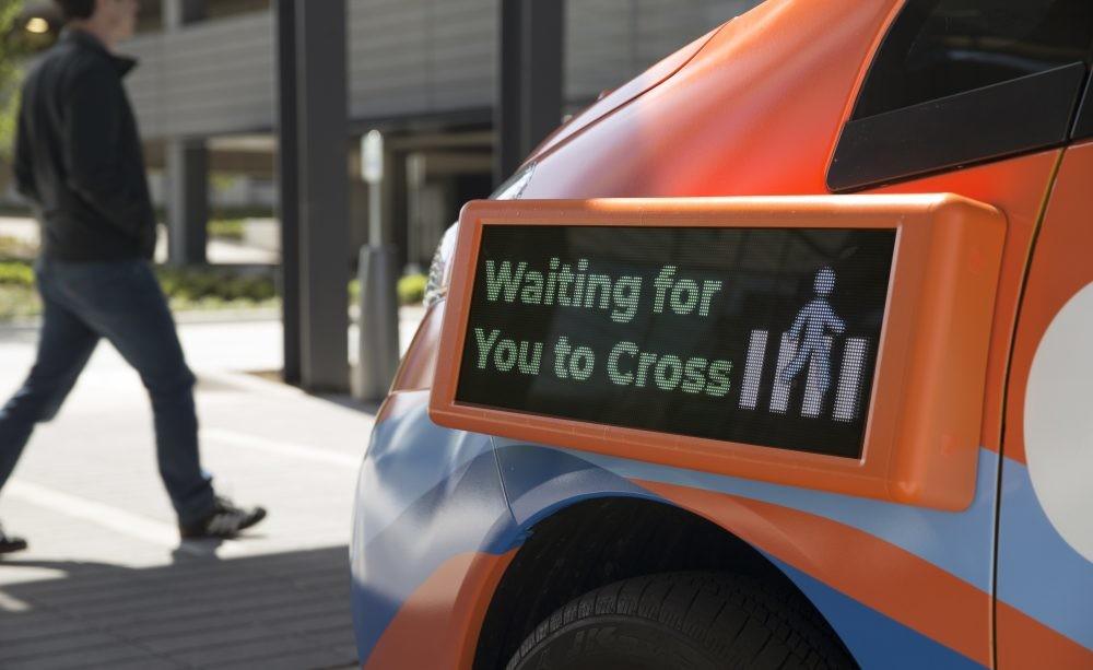Los coches autónomos tendrán que tener un código para interactuar con los peatones, los fabricantes ya están en ello