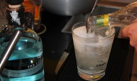 Si al salir de fiesta no tienes para una copa, ¿por qué no pagar media?