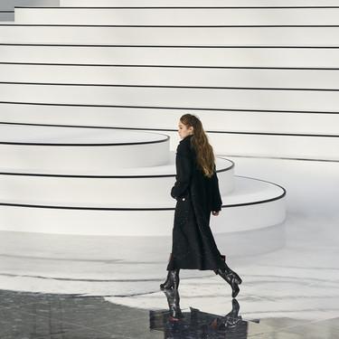 Creerás que ves en blanco y negro, pero  es el desfile de Chanel Otoño-Invierno, que apenas necesita color para enamorar