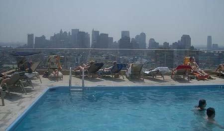 Piscina con vistas al skyline de Nueva York
