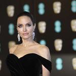 Angelina Jolie impresionante con un vestido black velvet en los BAFTA