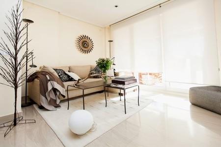 El cálido salón minimalista de una amante del arte contemporáneo