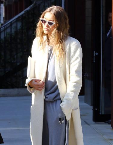 Gigi Hadid se pasa con la moda de los abrigos largos y termina por limpiar las calles de Nueva York