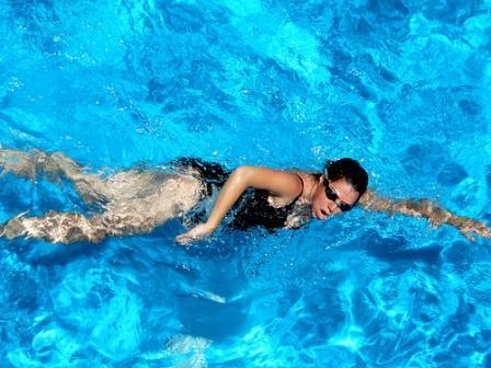 Nadar crowl reduce el tamaño del pecho
