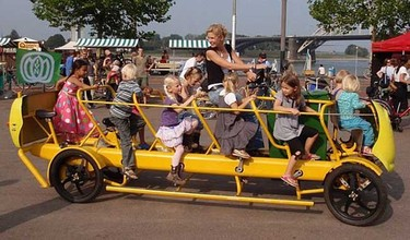 Autobús con pedales para muchos niños