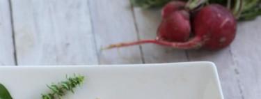 Ensalada de kumato, cherrys, corazones de alcachofas y atún en escabeche. Receta ligera