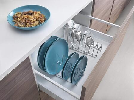 Orden en la cocina: cómo organizar sartenes, ollas, bandejas, tuppers... y sus tapas (sí: se puede)