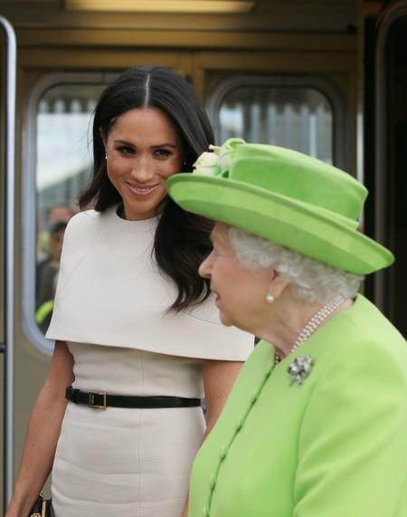 Meghan Markle conquista hasta a la mismísima Reina de Inglaterra con su vestido-capa