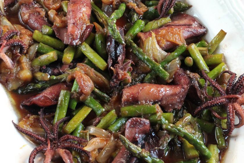 Sartén de chipirones y espárragos encebollados, receta fácil con tres ingredientes